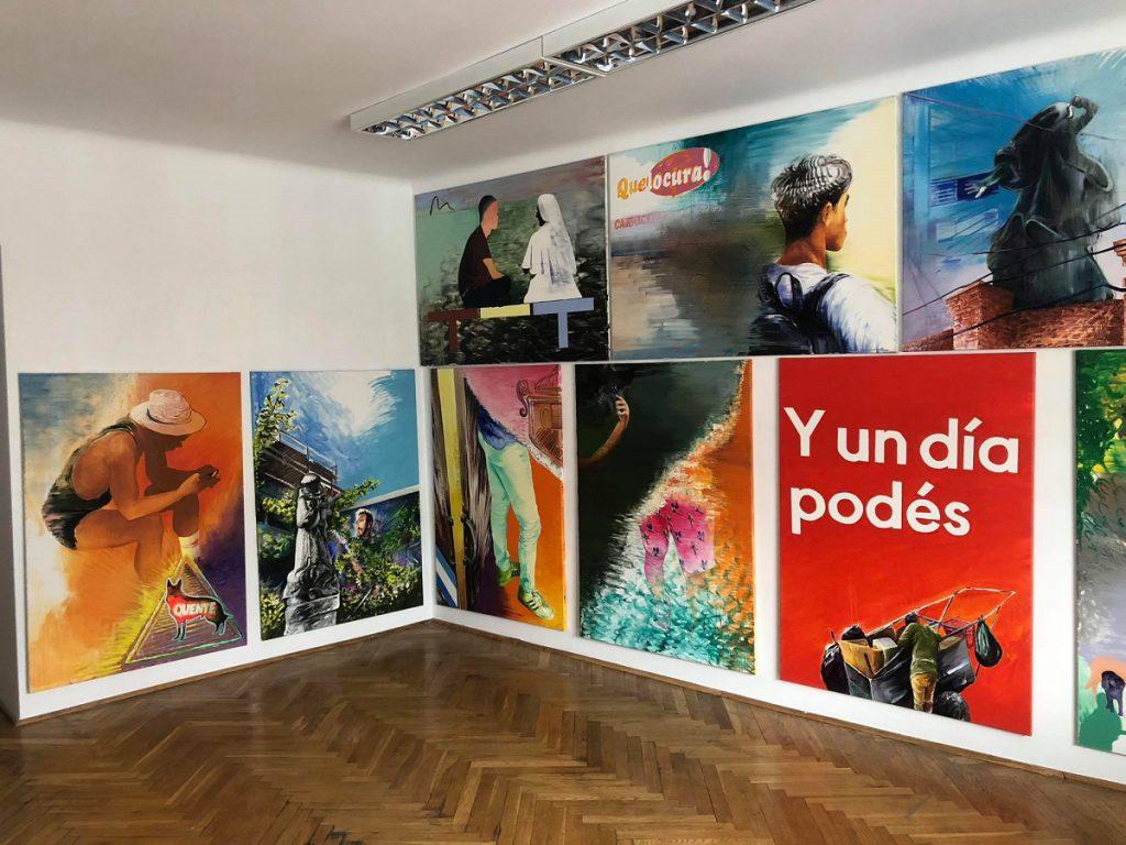 kadr z kolorowymi obrazami Grzegorza Kozery z galerii atak