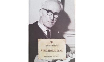 okłładka książki Na nieludzkiej ziemi w tłumaczeniu na język czeski, oraz na zdjęciu osoba Józefa Czaoskiego